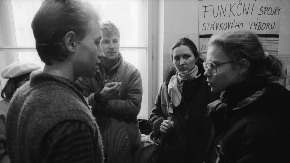 Vít Pohanka  (left) discussing strategy in 1989,  photo: Petr Zatloukal