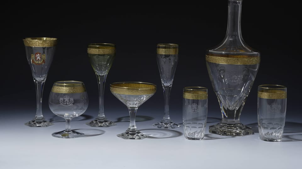 Glasses with an engraved small state emblem,  the Slovak emblem and decorated with a gold band design,  used between 1919 and 1920,  photo: © Prague Castle collection,  Jan Gloc